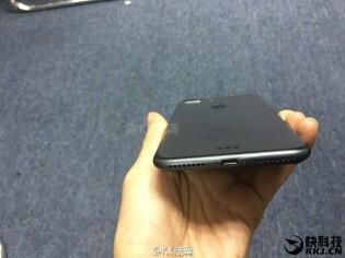 បើ iPhone 7 ពណ៌ខ្មៅស្អាតម្លឹងៗ អ្នកណាដែលមិនចង់បាន?
