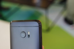 Chamfered edges add to the phone's ergonomics -  HTC 10 hands-on