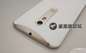 This is what the gold and white Moto X 2015 looks like