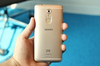 16MP camera and fingerprint reader on the back - ZTE Axon 7 mini review