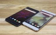 OnePlus X Onyx Black next to OnePlus X Champagne