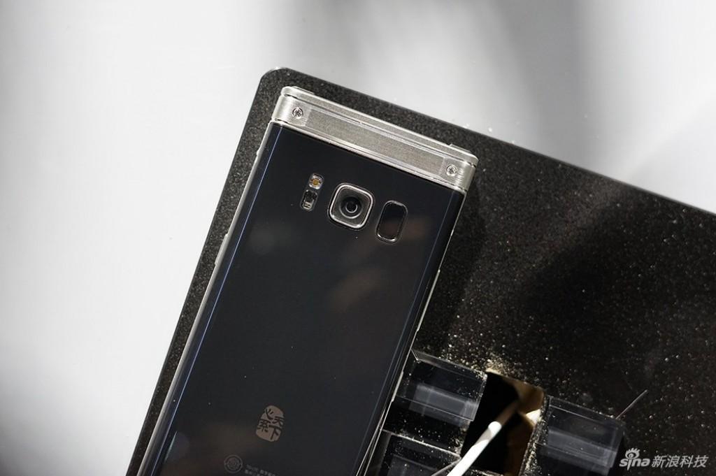 Un smartphone à clapet qui envoie du lourd chez Samsung