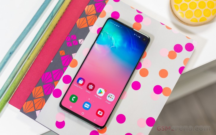 Galaxy S10 ships with pre-applied screen protector that has a three