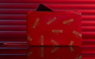 Honor 20 Moschino Edition in its designated phone bag