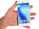 Google Pixel XL in the hand - Oneplus 3T vs. Google Pixel XL