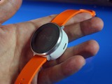 A magnet holds the watch in place - Huawei Fit hands-on