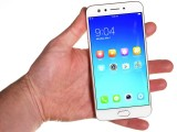 Oppo F3 in the hand - Oppo F3 review