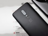 Midnight Black next to Mirror Black color - Oneplus 6 Hands On review