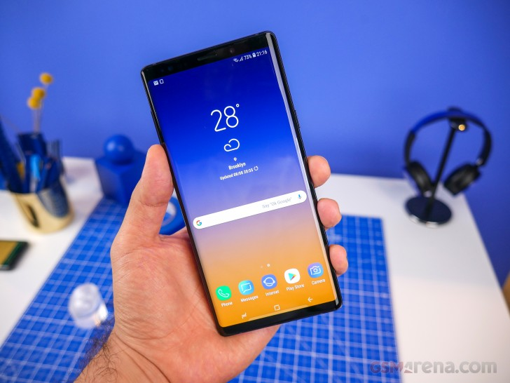 https://cdn.gsmarena.com/imgroot/reviews/18/samsung-galaxy-note9/hands-on/lifestyle/-728w2/gsmarena_003.jpg