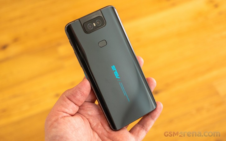 https://cdn.gsmarena.com/imgroot/reviews/19/asus-zenfone-6/hands-on/lifestyle/-727w2/gsmarena_040.jpg